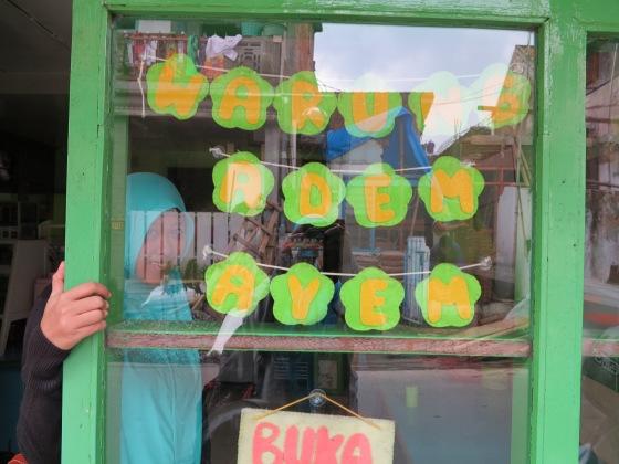 Teteh Pose di Depan Warung Adem Ayem