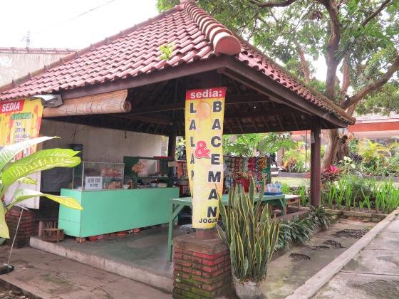 Gasebo  and Food Court Nenek di Kost